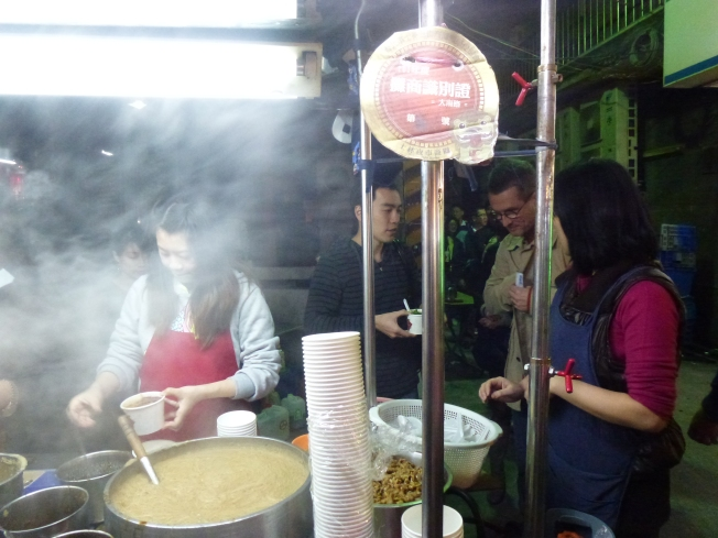 Buying the oyster noodle soup